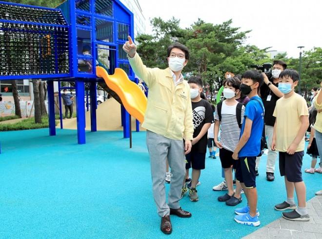 어린위위원회 행당초 어린이들과 함께 꿈공원을 둘러보고 있는 정원오 구청장.jpg